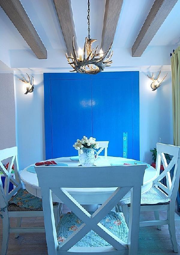 宝蓝色的墙面,加上淡淡的蓝色灯光使得整个餐厅清凉不已。