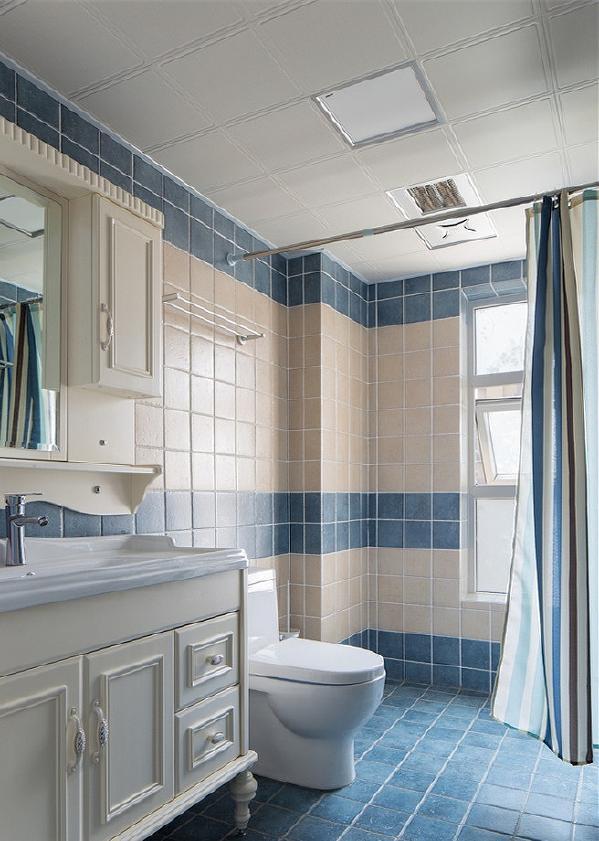 将蔚蓝也延伸至卫浴,在沐浴的同时,也私享片刻清爽。