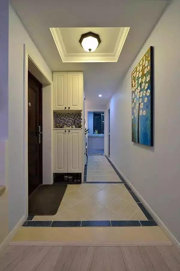 进门左手边是一条比宽长的走廊通往厨房