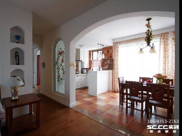 餐厅和厨房之间以吧台分隔,大片的落地窗采光非常好