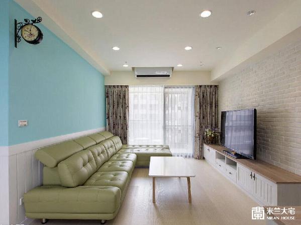 文化石墙面结合线板电视柜,搭配花卉图案窗帘和吊鐘,乡村风格的营造一气呵成