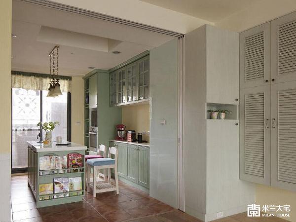玄关转入厨房的动线中,简瑋琪设计师巧用转角畸零处,规划造型柜体满足玄关的收纳需求。