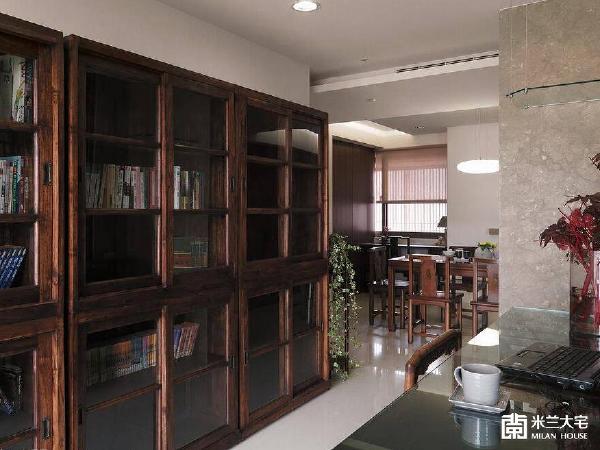 书房的另一入口开向餐厅处,便能使公共空间呈现出回旋动线。