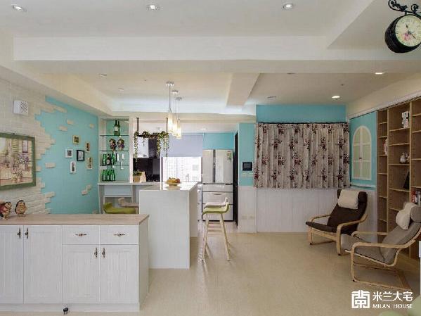 屋主无风水的考量,玄关入室设置半高鞋柜,让开放式设计的空间一览无遗。