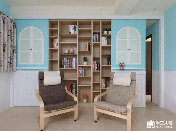 设计师在左侧门片设置收纳柜,右侧则是通往私领域的入口,让书房成為空间的过渡带
