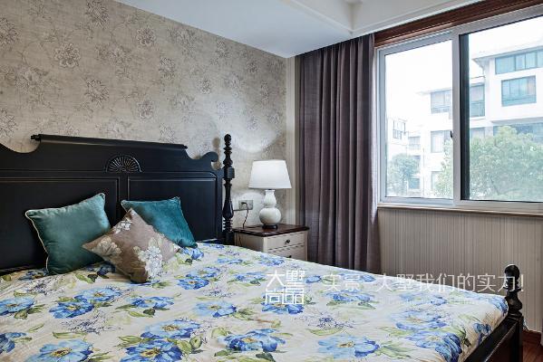 女儿房里床的造型比较俏皮,床头柜的台面板混搭了一点木色,与床形成黑白搭配,整个空间形成简单明快的统一。