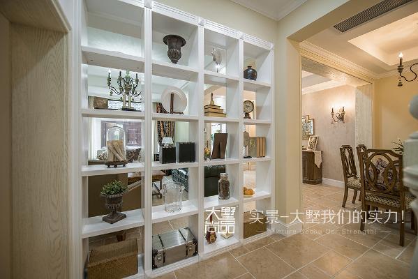 客厅色彩以米黄色系为主,再搭配柔和的灯光,配上做旧的家具,非常有感觉,温馨又小资。