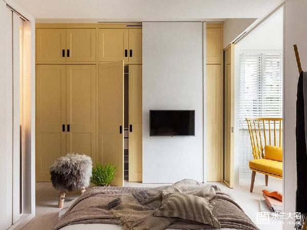 床尾处,刻意外置的活动电视主墙,避免收纳柜体浪费之余,并简约了线性的切割与存在。