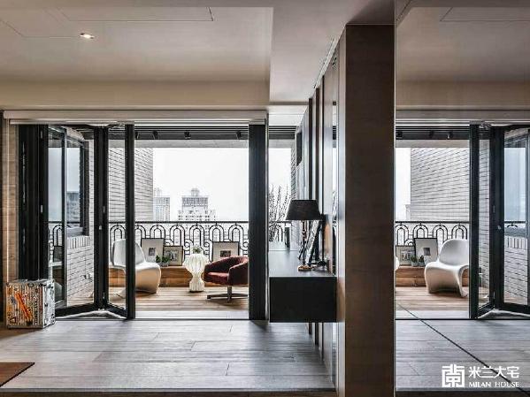 紧邻阳台的餐厅以架高地坪做连结,让空间有加大延伸的效果。右侧墙边的悬浮茶水吧檯也横越了室内外的界线,不仅视觉上更加拉深空间尺度,还多了休憩的空间。