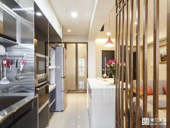 不锈钢与黑玻的时尚选色,为建商选配的风格厨具,设计者考量整体空间风格,以同样的黑玻加设电器柜与冰箱柜,扩充厨房的实用功能和收纳空间。