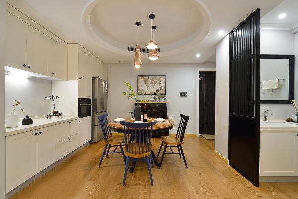 冰箱嵌入餐边柜,很好的节省了厨房的空间