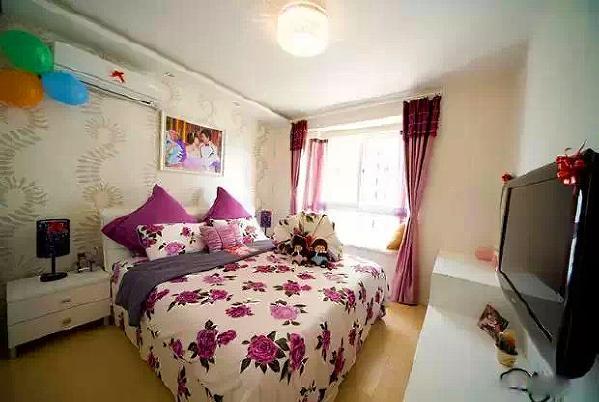 主卧床头铺墙纸,紫色的窗帘和床品显得优雅