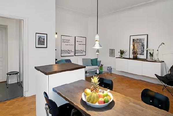 从吧台看客厅,充满艺术感的空间。