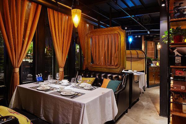 餐厅内部布置,靠窗的位置,是卡座区,一层中间位置规划为小聚会围合区。吧台顺空间结构曲折延伸,恰好梳理分隔出厨房区、小吃区、凉菜区和甜点饮料区。