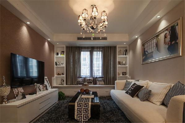 客厅飘窗具有非常好的采光效果,也增加了房间的光线,浪漫简约的色彩使飘窗更具温暖性,飘窗处的抱枕、组合柜等细节上的运用也十分得当得体,与整体家装风格也十分符合。