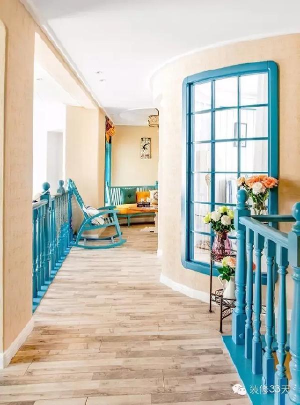 ▲ 客厅是挑高的,扶手全部采用蓝色