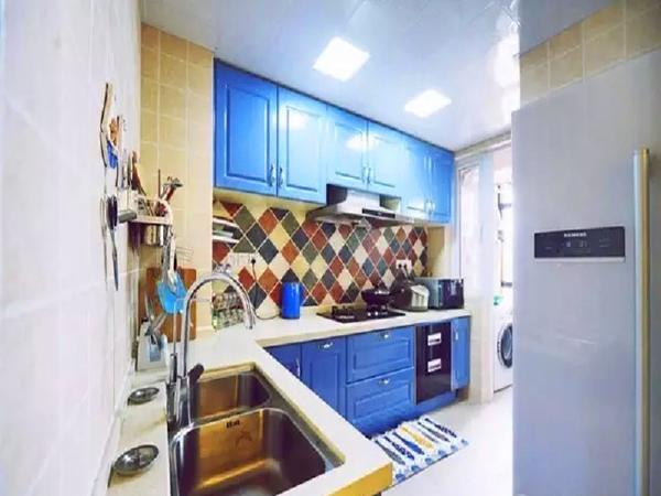 厨房定制了蓝色的橱柜,更加契合风格。