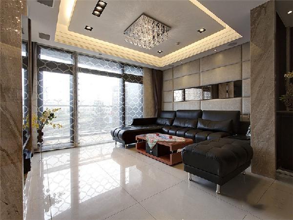 宽敞明亮的客厅,搭配上黑色皮质沙发。低调奢华。
