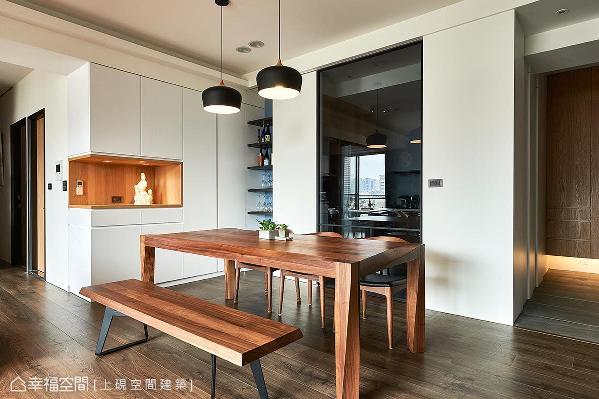 利用黑玻拉门界定出餐厅和厨房,白色造型的柜体采内凹设计,作为展示屋主收藏的平台外,也蕴含丰富的收纳机能。