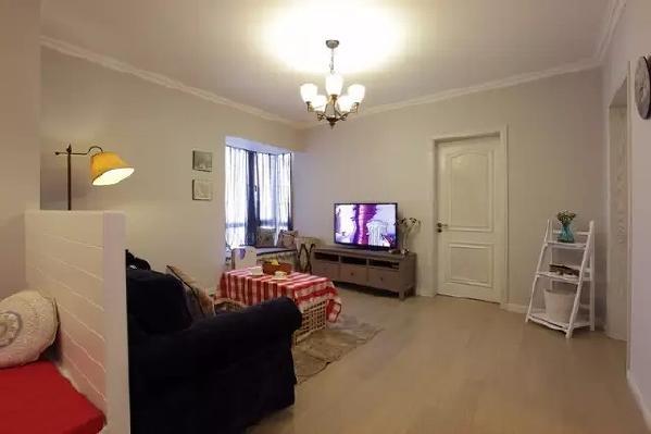 沙发墙是半封闭的设计,让客厅更通透,也能与其它空间进行交流。边看电视,边跟正在做饭的老婆分享剧情,也是一种浪漫。