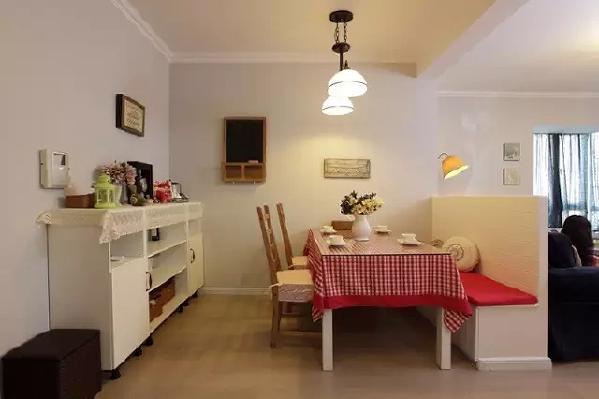 墙角放一个小置物架,鲜花绿植,报刊杂物随便摆上去,让墙角也有自己的调调。