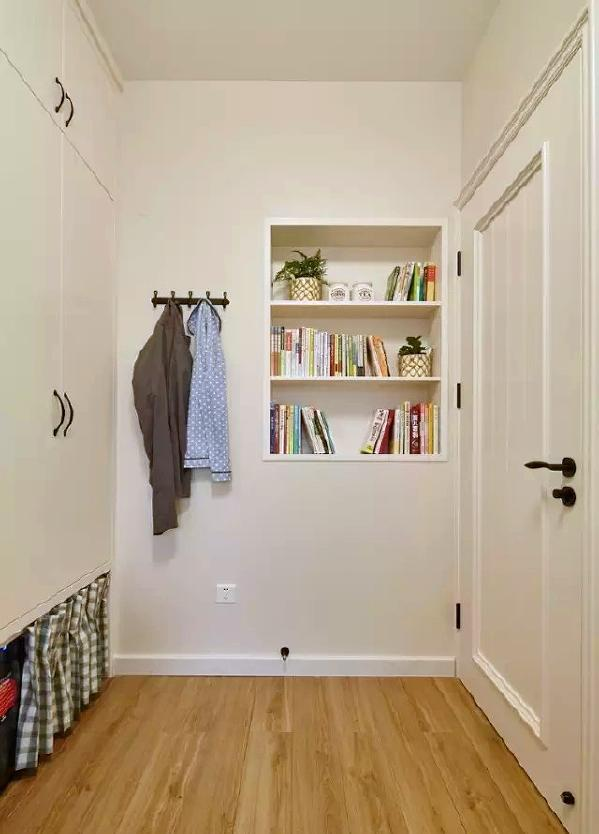 ▲ 入墙式的柜子在提供收纳作用的同时,不破坏空间结构