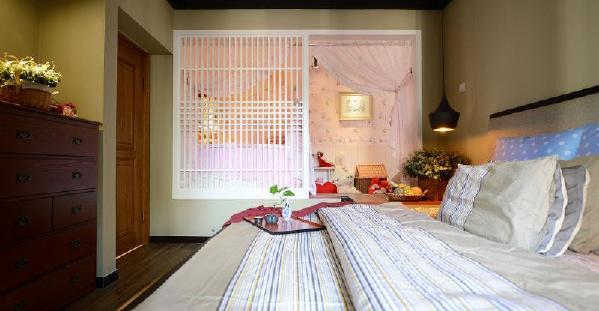 粉嫩嫩的儿童房与卧室仅用一扇小门隔开,这样也给小宝贝一个成长空间,同时也方便照顾孩子!