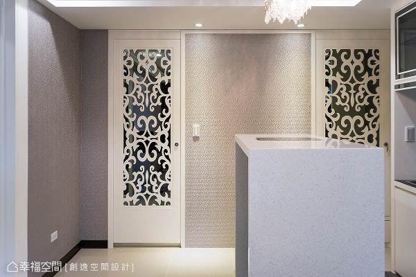 通往客卫与和室的门片设计相当精致,使用木作雕花板及灰镜来搭配,揉合古典与现代的设计美感。