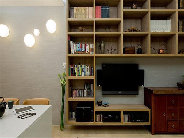 耐受性高的木纹美耐板柜体,结合屋主收藏的类中式家具,以简约线条铺陈内敛现代中式美学。