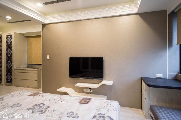 在靠窗区的位置,依照夫妻俩的生活需求,设置卧榻与化妆桌,并兼有收纳上的机能。