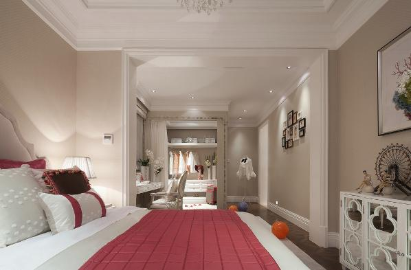 龙光·九龙玺四居室简欧风格装修卧室:舒适的主卧空间带来悠然自得的情趣。看似漫不经心,实则出奇制胜,真正体现了审美情趣和古典的西式风情。