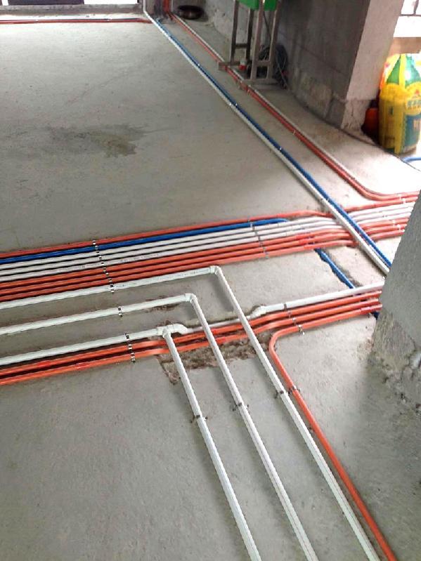水电阶段,线管用红色、白色、蓝色三种线管敷设,容易分辨,便于售后维修,采用横平竖直,保护电线