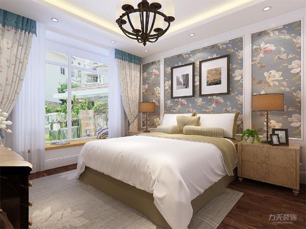 卧室的设计也采用花朵的墙纸,与客厅相呼应,卧室墙体做了简单的造型,使空间更有层次感。