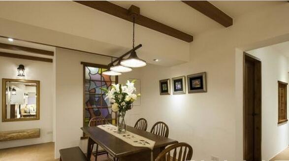玄关的彩绘玻璃也是用餐区的主墙设计,配上悬垂而下的吊灯,便营造出了温馨的氛围。