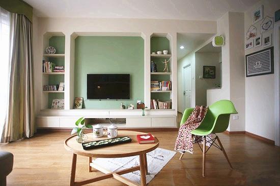 这是一个小客厅,空间小,所以用了一个整体柜子来装饰背景墙。好处在于,柜子中间的空档刚好用来放电视,上上下下的抽屉、收纳格用来放置杂物,非常实用。