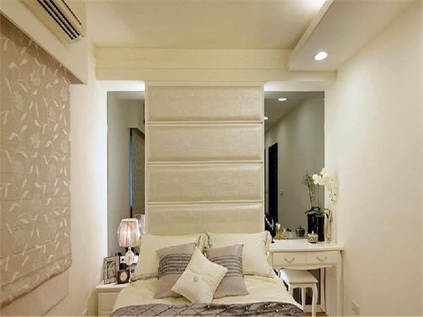 卧室面积较小,为节省空间,梳妆台与床头柜合二为一!