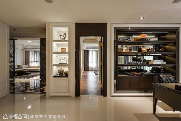 厅区与卧房之间,设计了一道艺品展示柜,在视觉上饶富堆栈的层次,使人与空间产生亲密对话。