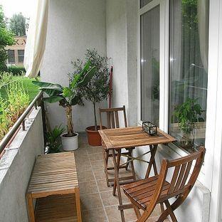阳台变成储物间,如果阳台与厨房相连,最好在阳台的角落设置一个储物柜,用于存放蔬菜瓜果或不常用的物品等。