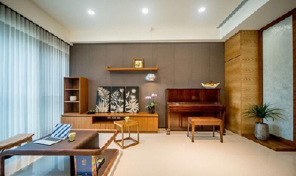 放眼望去,整个空间开阔明亮。木质的收纳柜,放上家中闲置的杂物,非常实用。淡橘色灯罩的落地灯,简单大方,营造舒适温馨的氛围。阳光透过窗户洒落空间,令人心旷神怡。