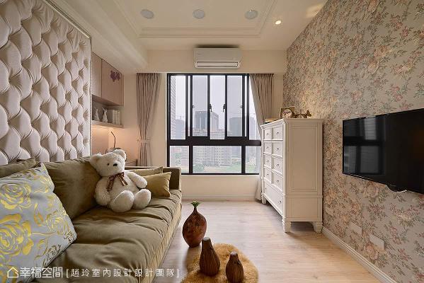 法式绷皮拉扣的背板呼应对面的图腾壁纸,打造出弥漫一室的精彩。