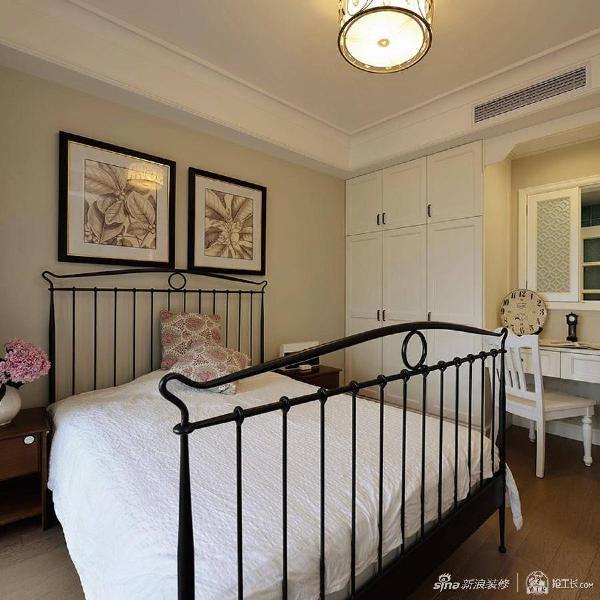次卧,铁艺床搭配定制的白色家具,简单中透着一丝硬朗的风范,犹见伫立的菊花一般。 更多真实装修案例,可以上抢工长平台。
