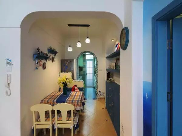 餐厅做了卡座,固定的储物卡座既节省两把椅子(卡座下面也是储物柜来的),又可以分隔空间出来摆放冰箱。