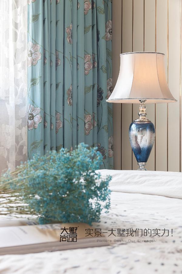 主卧空间以套房的形式呈现,睡眠区、衣帽间、化妆间、卫生间一应俱全,整体设计延续了客餐厅的整体风格及色调
