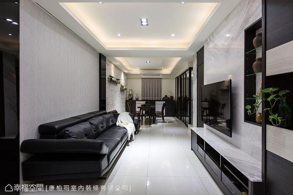电视墙采用浅色大理石,搭佐深色木作柜体,在色调的深浅层次间,展现立面的大器质感。