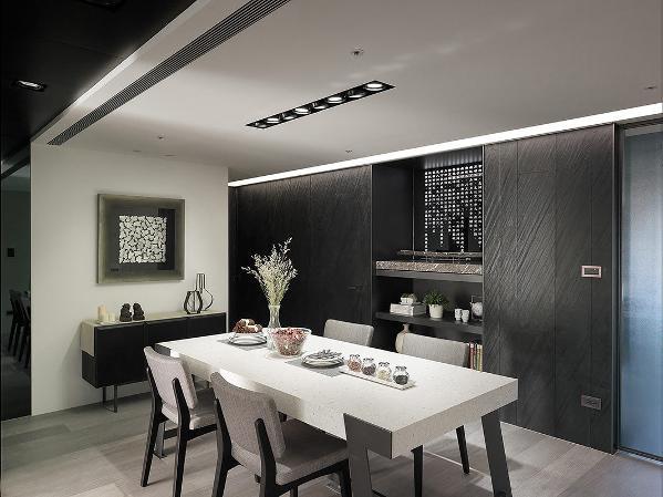 从玄关延伸串连餐厅的天花黑色饰带,在盈白空间里划分空间段落,创造色系层次。