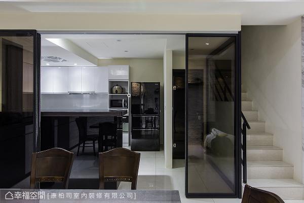 厨房内部同样以黑白为主色,并规划大量柜体收纳,让料理时光更为惬意舒适。
