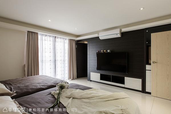 长辈房内增设更衣间安排,并将电视柜内嵌藏进更衣间,让立面线条更显利落大器。