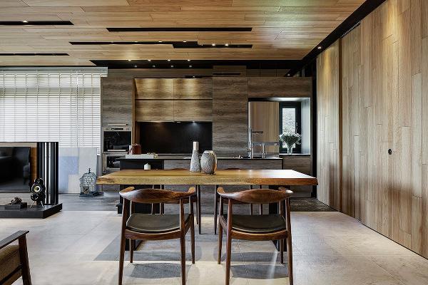 餐厅、中岛与厨房于同一轴线运行,逐渐上扬的桌台高度,层次变化空间布局。