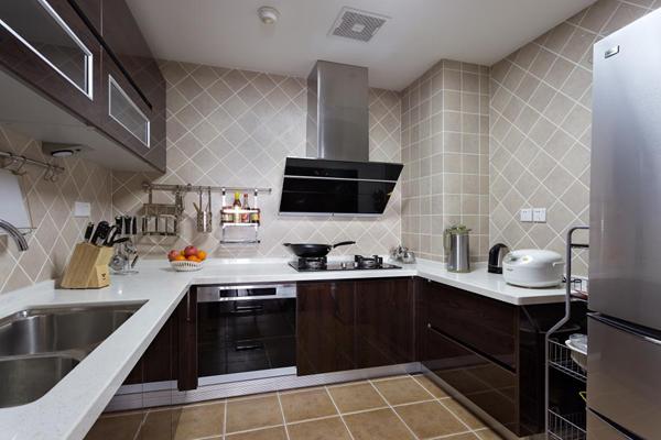 U形厨房设计,没有选择把橱柜做满,而是留下了一个储物架的空间,空间利用率更大。墙地砖大面积斜贴,使厨房也显得活泼生动。