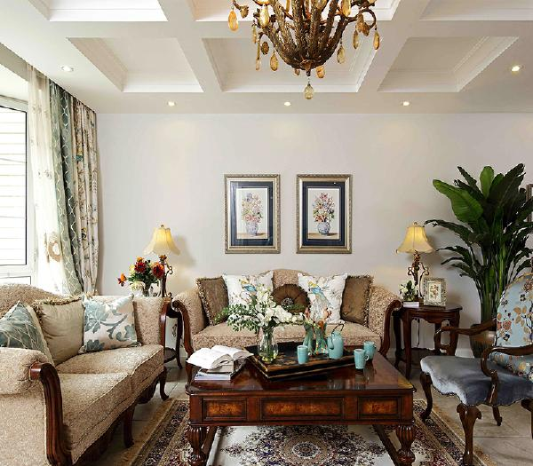 客厅中运用不规则的花色壁纸装扮让更多田园风参透在欧式的家具中美丽而典雅。